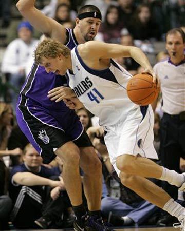 NBA图:小牛半场领先国王 诺维茨基单打米勒