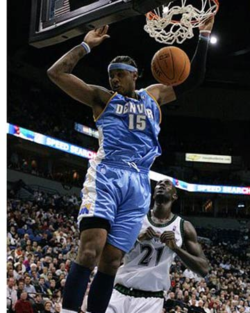 NBA图:掘金半场领先森林狼 安东尼爆扣加内特