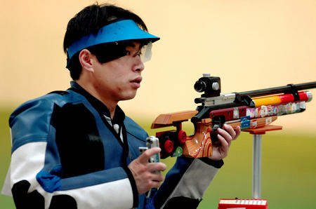 图文:中国摘多哈亚运首金 李杰在比赛中