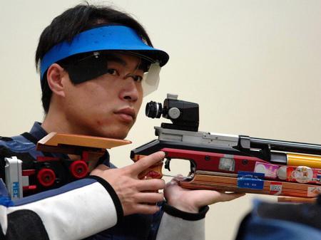 图文:中国队摘多哈亚运首金 李杰准备射击
