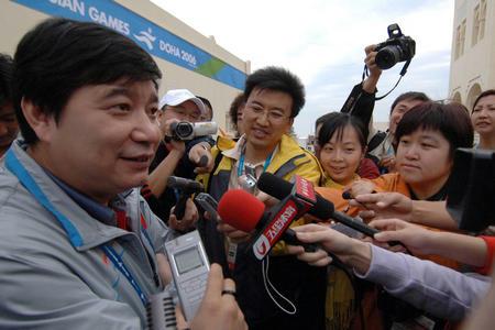 图文:中国队摘多哈亚运首金 王义夫接受采访