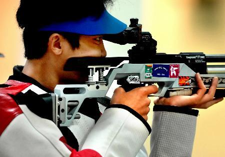 图文:联手射落多哈亚运会首金 刘天佑在比赛中