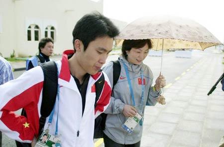 图文:中国射击队夺得首金 刘天佑走向比赛场地