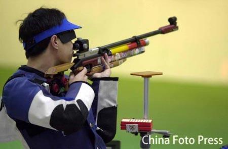图文:中国射击队夺得首金 李杰扣动扳击