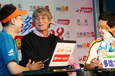 图文:图文:米卢做客搜狐 与支持人聊得很开心