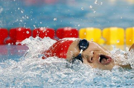 图文:女子200米自由泳预赛 庞佳颖在比赛中