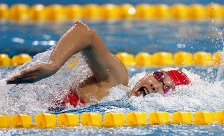 图文:女子200米自由泳预赛 杨雨在游池中遨游