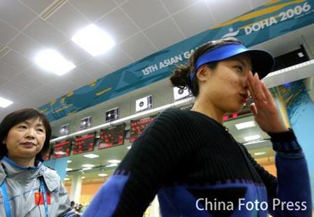 图文:女子10米气步枪个人决赛 杜丽夺冠