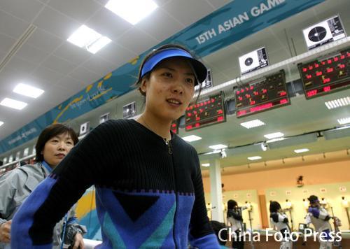 图文:夺得女子10米气步枪冠军 杜丽步入赛场