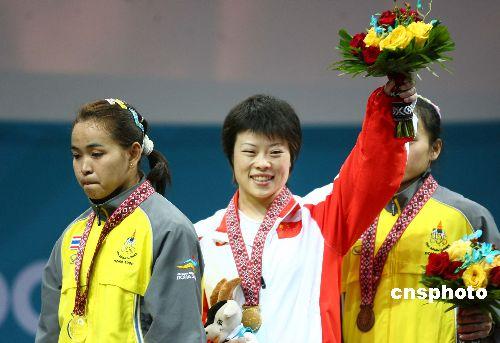 图文:女子48公斤级举重 王明娟夺金