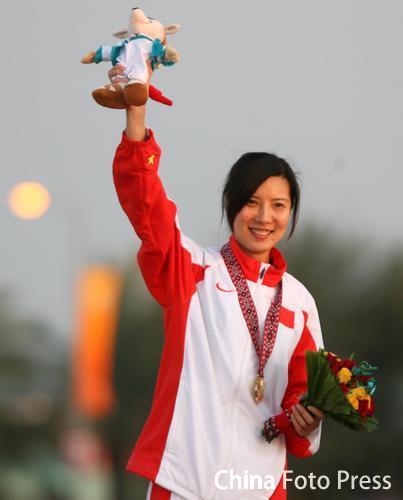 图文:女子10米气步枪个人赛 杜丽登上冠军奖台