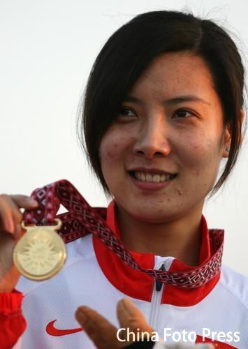图文:女子10米气步枪个人赛 杜丽手持所得金牌