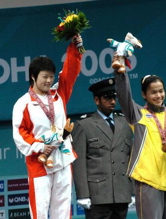 图文:举重女子48公斤级个人赛 王明娟勇夺冠军