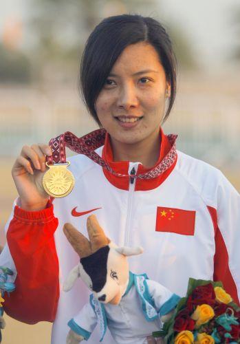 图文:杜丽获女子10米气步枪冠军 杜丽举起奖牌