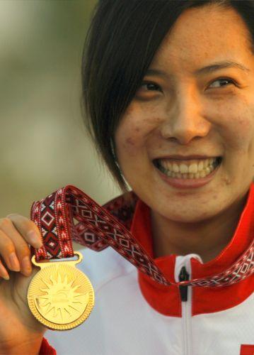 图文:杜丽获女子10米气步枪冠军 露出微笑