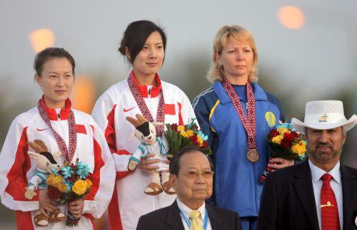 图文:杜丽获女子10米气步枪冠军 在领奖台上