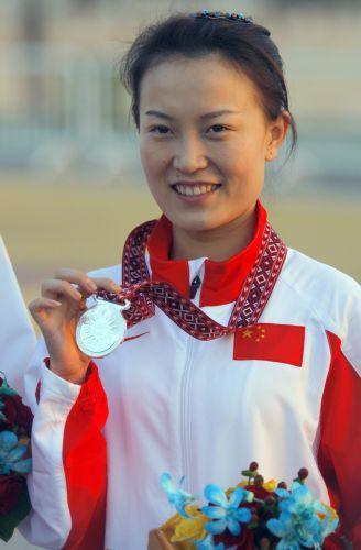 图文:杜丽获女子10米气步枪冠军 赵颖慧的微笑