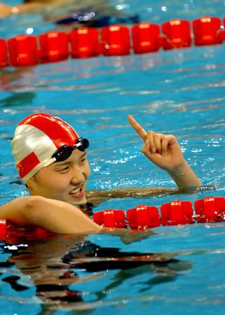 图文:女子200米自由泳决赛 庞佳颖勇获冠军