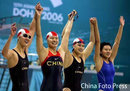图文:女子4*100混合接力赛中国摘金 队员庆祝