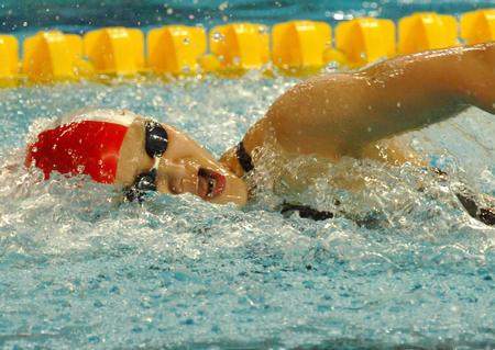 图文:女子200米自由泳庞佳颖获冠军 挥臂前进
