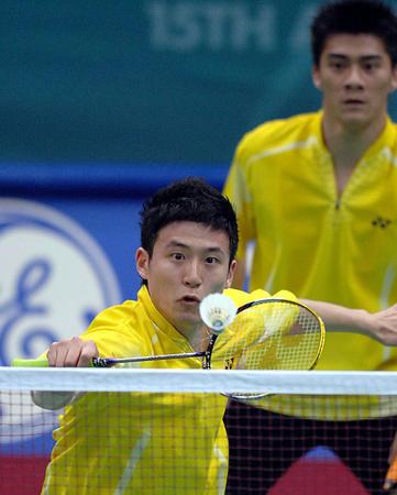 图文:羽毛球男子团体赛中国3-1印尼 蔡赟接球
