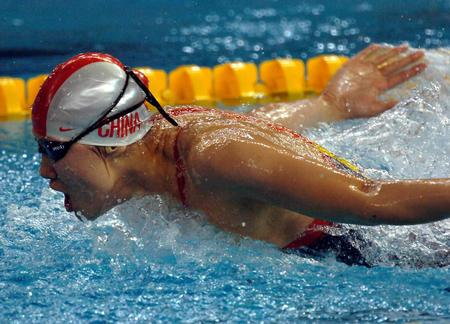 图文:女子100米蝶泳周雅菲获得金牌 奋力前进