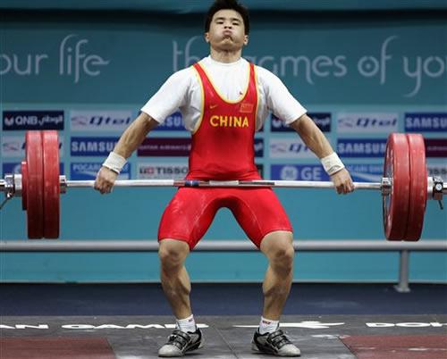 图文:男子举重56kg决赛 中国小将李争带伤夺冠
