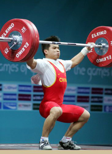图文:李争获男子举重56公斤级冠军 比赛瞬间