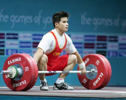 图文:李争获男子举重56公斤级冠军 准备比赛