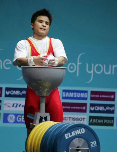 图文:李争获男子举重56公斤级冠军 准备出场