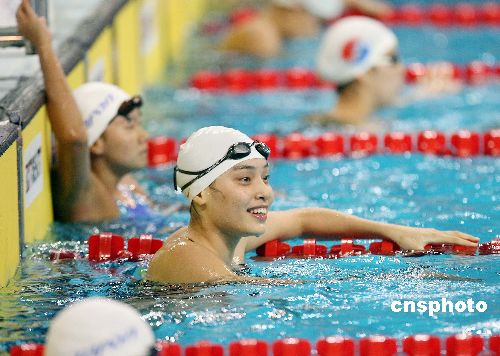 图文:亚运会女子50米蛙泳季丽萍夺冠 泳池微笑