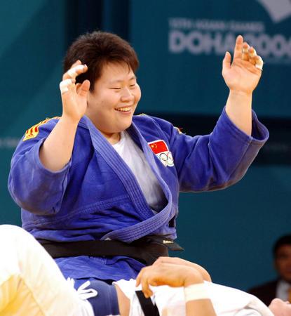 """图文:女子柔道78公斤级佟文夺冠 """"一本""""获胜"""