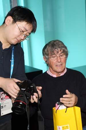 图文:米卢做客华奥搜狐聊天 对摄影很感兴趣