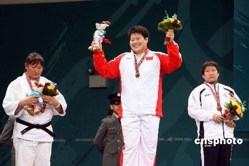 图文:柔道女子78公斤级佟文摘金 登上领奖台