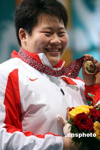 图文:柔道女子78公斤级佟文摘金 手持金牌展示