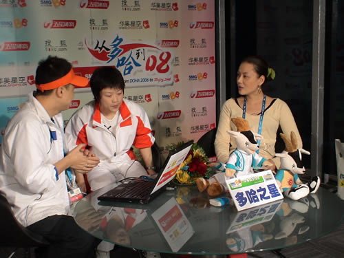 图文:王明娟摘举重首金 赛后做客搜狐华奥聊天