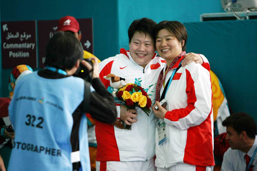 图文:女子柔道78公斤级佟文夺冠 和队友合影