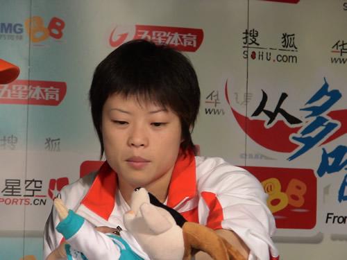 图文:王明娟摘得举重首金 赛后做客搜狐聊天