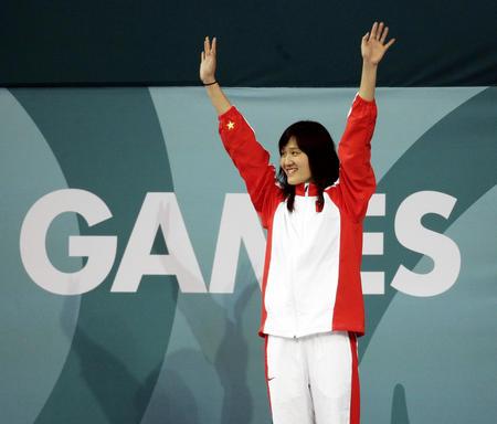 图文:女子200米自由泳庞佳颖夺冠 登上领奖台