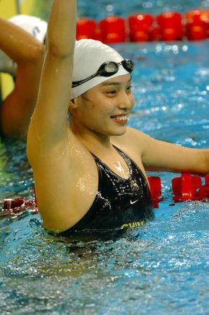 图文:女子50米蛙泳决赛季丽萍夺冠 庆祝胜利