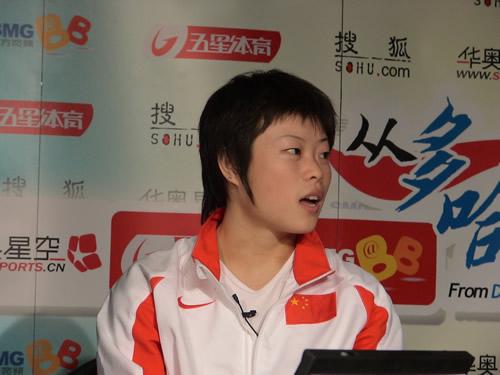 图文:王明娟摘得举重首金 做客搜狐接受提问