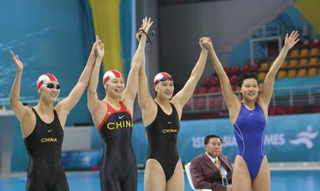 图文:女子4*100米混合泳中国摘金 欢呼胜利