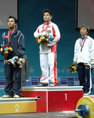 图文:举重男子56公斤级李争获冠军 奏国歌瞬间