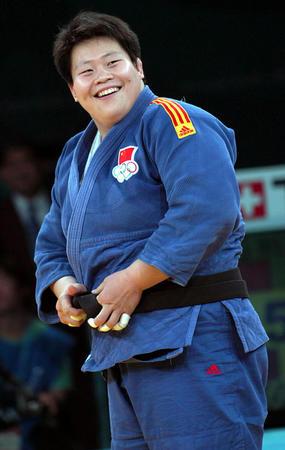 图文:女子柔道78公斤级佟文获得冠军 展露笑颜