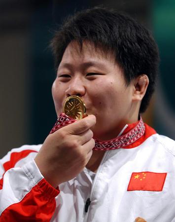 图文:女子柔道78公斤级佟文获得冠军 亲吻奖牌