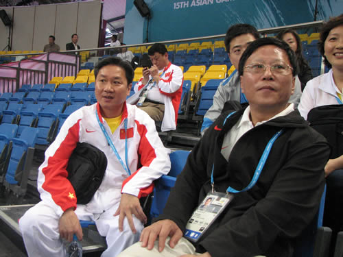图文:男子体操团体赛中国夺冠 段世杰前往助威