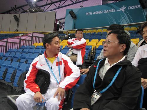 图文:段世杰现场助威 中国男子体操队亚运夺冠