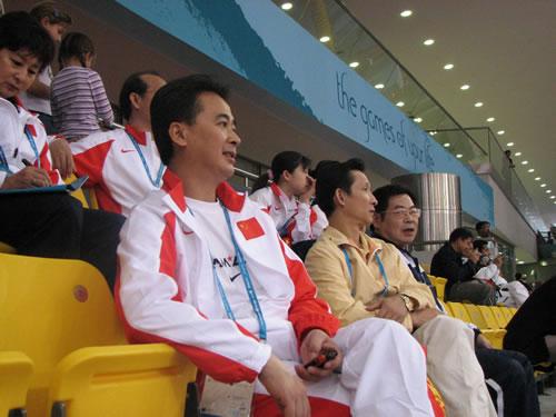 图文:体操男团决赛 陆善真带女队员现场观战