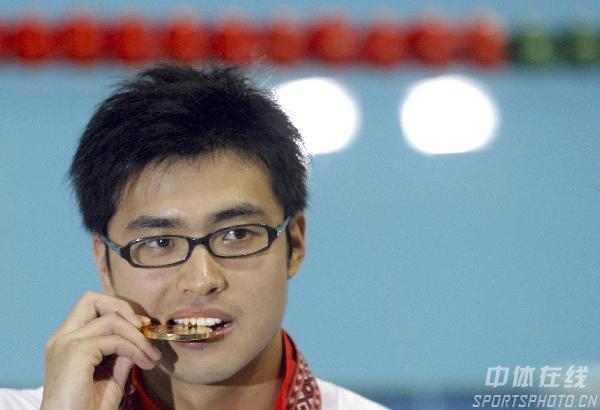 图文:吴鹏获男子200米蝶泳冠军 检验奖牌真伪