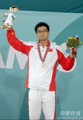 图文:吴鹏获男子200米蝶泳冠军 向观众致意